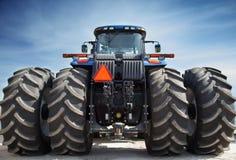 Landbouwbedrijftractor op reusachtige wielen stock afbeelding