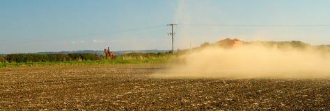 Landbouwbedrijfvoertuig het uitspreiden kalk op een gebied Royalty-vrije Stock Fotografie
