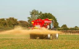 Landbouwbedrijfvoertuig het uitspreiden kalk op een gebied Royalty-vrije Stock Afbeelding