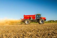 Landbouwbedrijfvoertuig het uitspreiden kalk op een gebied Stock Foto's