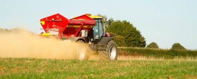 Landbouwbedrijfvoertuig het uitspreiden kalk op een gebied Stock Afbeeldingen
