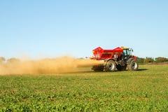 Landbouwbedrijfvoertuig het uitspreiden kalk op een gebied Royalty-vrije Stock Foto