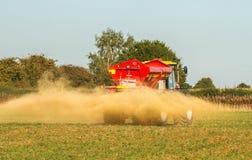 Landbouwbedrijfvoertuig het uitspreiden kalk op een gebied Stock Fotografie
