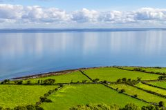 Landbouwbedrijven in Burren-maniersleep met de baai van Galway op achtergrond royalty-vrije stock fotografie
