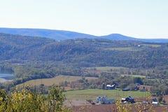 Landbouwbedrijven in de Eindeloze bergen royalty-vrije stock foto's