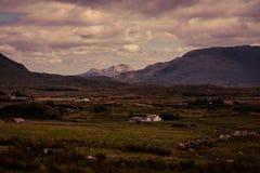 Landbouwbedrijven in een Vallei in Provincie Mayo royalty-vrije stock foto's