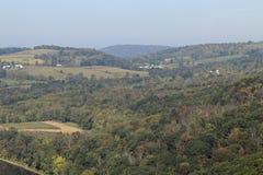Landbouwbedrijven en cornfield in de heuvels royalty-vrije stock afbeeldingen