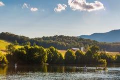 Landbouwbedrijven en heuvels langs de Shenandoah-Rivier, in Shenandoah Va stock fotografie