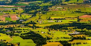Landbouwbedrijven en huizen in de Shenandoah-Vallei, van Shenandoah N wordt gezien dat stock afbeelding