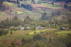 Landbouwbedrijven en huizen in Ethiopië stock afbeelding