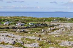 Landbouwbedrijven en rotsen in wandelingssleep op Burren-manier met Aran Islands royalty-vrije stock afbeeldingen