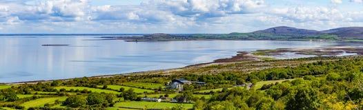 Landbouwbedrijven en strand in Ballyvaughan-baai royalty-vrije stock afbeeldingen