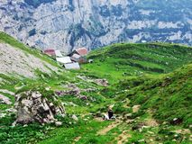 Landbouwbedrijven en weilanden op plateaubergketens Alpstein royalty-vrije stock afbeeldingen