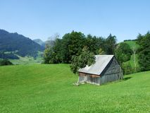 Landbouwbedrijven en weilanden van het Obertoggenburg-gebied stock afbeelding