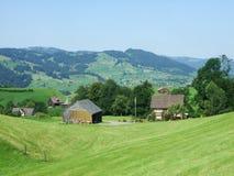 Landbouwbedrijven en weilanden van het Obertoggenburg-gebied royalty-vrije stock foto