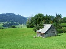 Landbouwbedrijven en weilanden van het Obertoggenburg-gebied stock fotografie