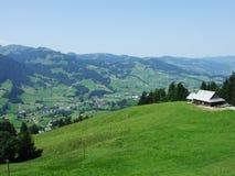 Landbouwbedrijven en weilanden van het Obertoggenburg-gebied royalty-vrije stock afbeeldingen