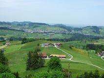 Landbouwbedrijven en weilanden van het Zurchersmuhle-dorp stock afbeeldingen