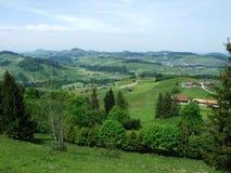 Landbouwbedrijven en weilanden van het Zurchersmuhle-dorp royalty-vrije stock foto's