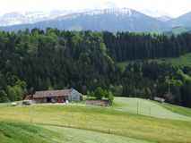 Landbouwbedrijven en weilanden van het Zurchersmuhle-dorp royalty-vrije stock foto
