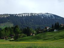 Landbouwbedrijven en weilanden van het Zurchersmuhle-dorp stock fotografie