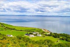 Landbouwbedrijven met koeien en paarden in Burren-maniersleep met de baai van Galway royalty-vrije stock afbeeldingen