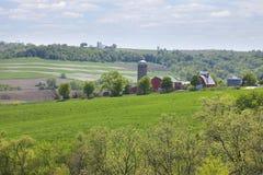 Landbouwbedrijven op een helling van Iowa in de lente royalty-vrije stock afbeeldingen