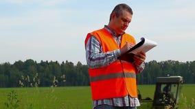 Landbouwer dichtbij het gebied Stock Foto