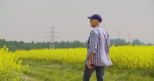 Landbouwer die bij landbouwbedrijflandbouw werken stock videobeelden