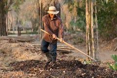 Landbouwer die compost maakt Stock Afbeelding