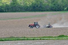 Landbouwer die gebied in de lente planten Stock Foto's