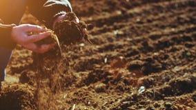 Landbouwer die grond onderzoeken Landbouwachtergrond stock videobeelden