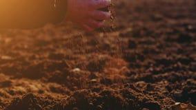 Landbouwer die grond onderzoeken Landbouwachtergrond stock footage