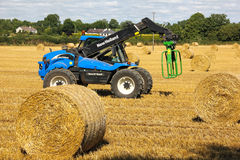 Landbouwer die hooibalen opnemen. Ierland Royalty-vrije Stock Fotografie