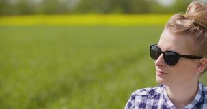Landbouwer die met klembord installaties onderzoeken tijdens winderige dag stock videobeelden