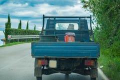 Landbouwer die pick-up met drie wielen drijven Stock Foto's