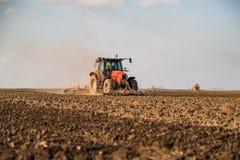 Landbouwer die in tractor land met zaadbedlandbouwer voorbereiden royalty-vrije stock foto