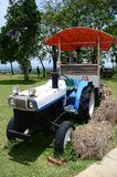 Landbouwer die in tractor land voorbereiden Royalty-vrije Stock Foto