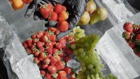 Landbouwer die verse organische aardbeien houden Alkalisch super voedselconcept voor ph saldo met vers fruit, Hoge groenten, stock videobeelden