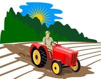 Landbouwer die zijn tractor drijft Stock Foto's