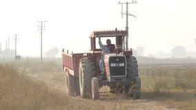 Landbouwer Driving Tractor Trolley stock videobeelden