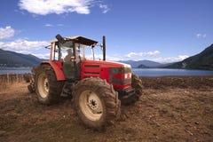 Landbouwer en rode tractor Royalty-vrije Stock Afbeeldingen