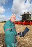 Landbouwer en technologie stock fotografie