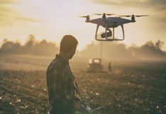 Landbouwer het navigeren hommel boven landbouwgrond Stock Afbeeldingen