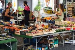 Landbouwer het verkopen biologische producten in Campo dei Fiori Stock Afbeeldingen
