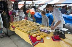 Landbouwer het verkopen kaas Royalty-vrije Stock Afbeeldingen