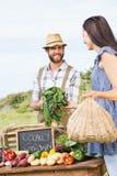 Landbouwer het verkopen zijn organische opbrengst stock foto's