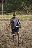 Landbouwer het zaaien zaden op zijn gebied Stock Afbeelding