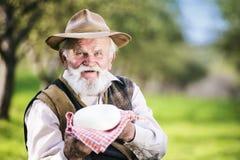 Landbouwer met kaas Stock Foto's