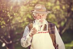 Landbouwer met melkkruik Stock Fotografie